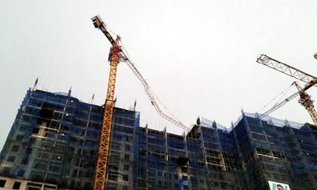 Cẩu tháp trên đường Lê Văn Lương bị uốn cong lửng lơ trên trời (Ảnh: Q. Phong)