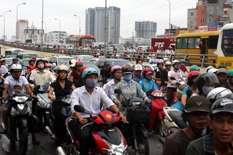 Hà Nội đề xuất mẫu tem dám vào xe đã nộp phí bảo trì đường bộ