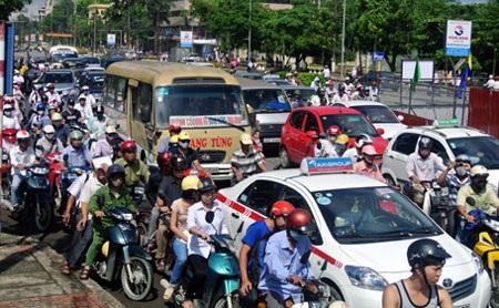 Thu phí bảo trì đường bộ với xe máy gặp rất nhiều khó khăn trên địa bàn Hà Nội