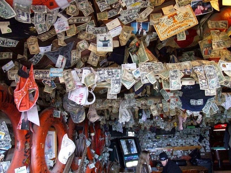 Quán bar xa xỉ được trang trí bằng đô-la