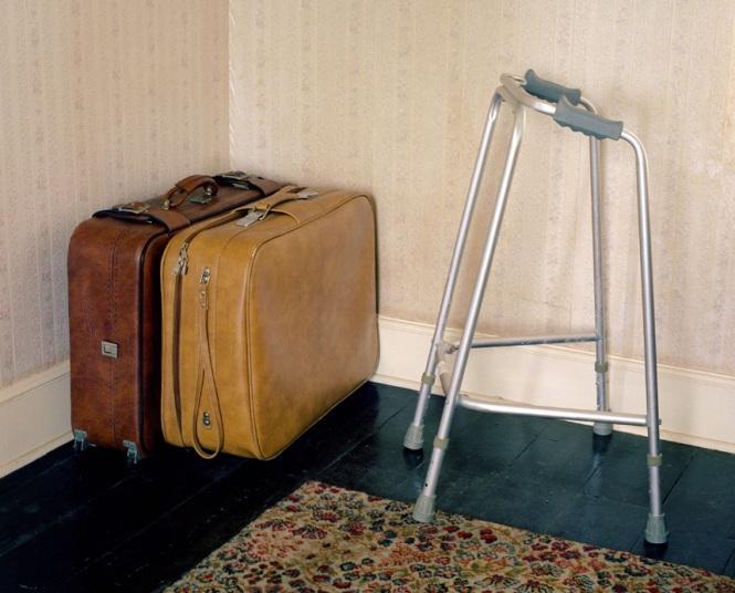 Khung đỡ đi của Jean và vali