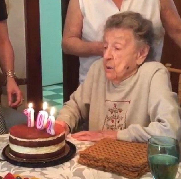 Hài hước cảnh bà ngoại 102 tuổi tuột hàm răng giả khi thổi nến sinh nhật