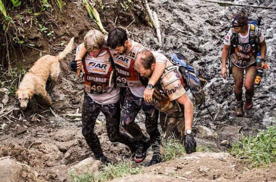 Chú chó đi theo nhóm việt dã trong rừng Amazon làm tan chảy trái tim người đọc