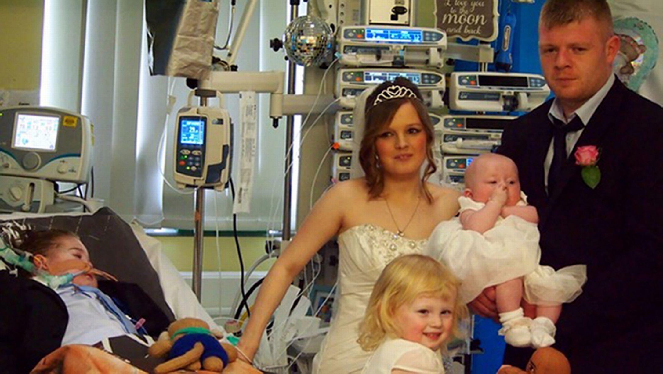 Người mang trọng trách cầm nhẫn - cậu bé Corey 5 tuổi hạnh phúc chứng kiến đám cưới của bố mẹ.