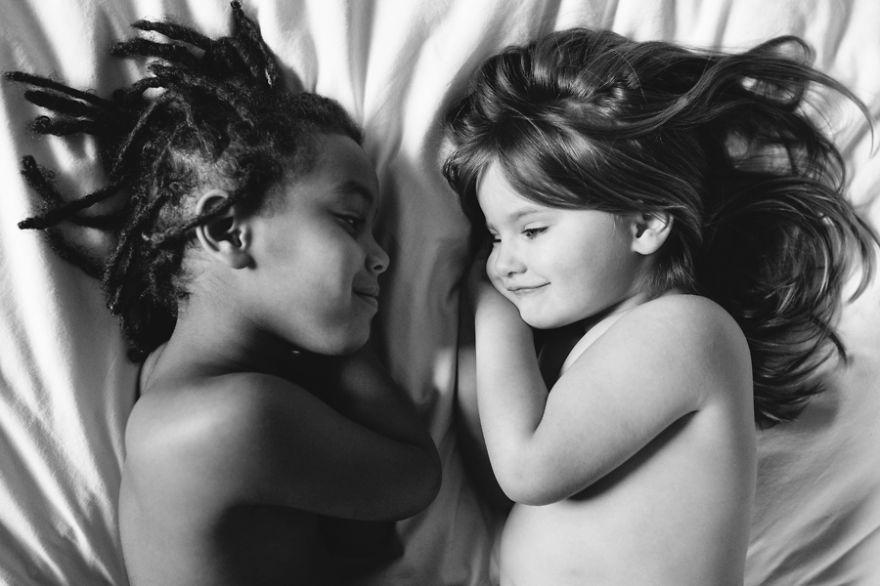 Hai tâm hồn được sinh ra ở vị thế đối lập được mang đến gần nhau vì được nhận làm con nuôi