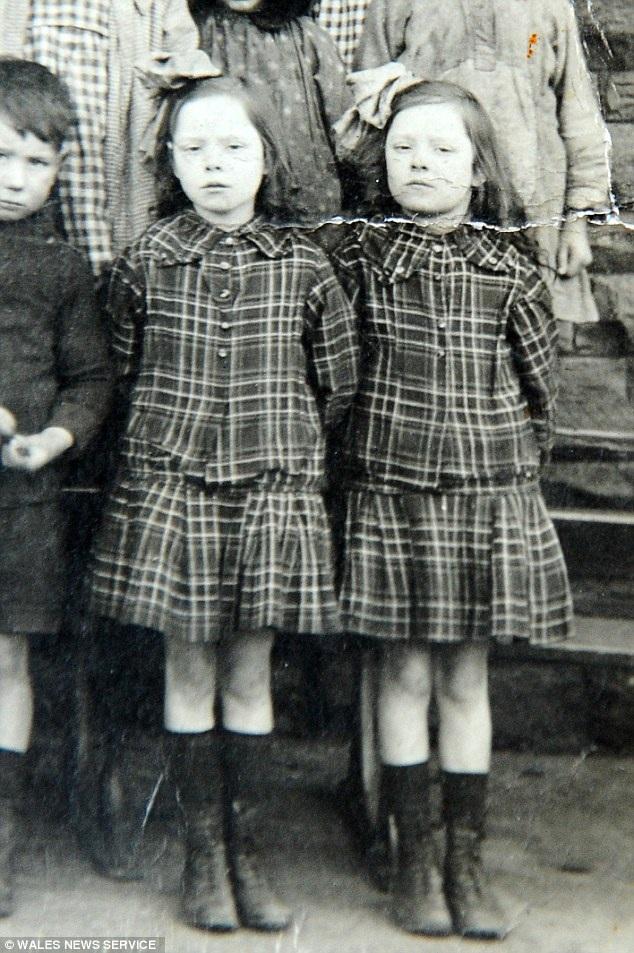 Florence, bên phải, và Glenys lúc 7 tuổi, năm 1918