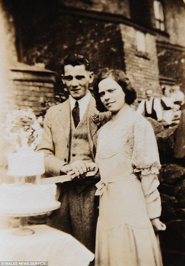 Năm 1932, Glenys rời nhà đi lấy chồng, một thợ mỏ. Ông William Scrivens mất ở tuổi 67.