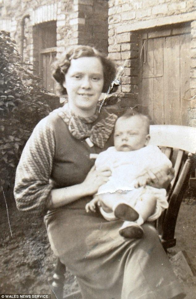 Florence ngày 25 tuổi với con đầu lòng Yorwerth.