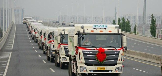 Những chiếc xe tải được trang trí hoa tươi. (Nguồn: chinadaily)