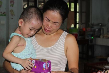 Chị Hương - thành viên nhóm từ thiện đã bật khóc khi thấy Tâm Anh sức khỏe tốt lên
