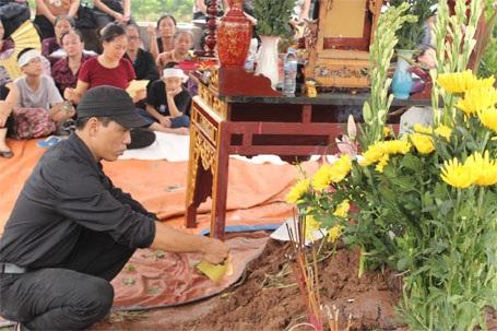 Anh Nguyễn Hữu Huy bên mộ vợ