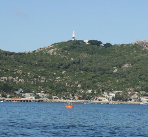 Bình minh trên đảo là không khí tấp nập, ghe thuyền vào bờ đem niềm vui sau mỗi chuyến đi lưới