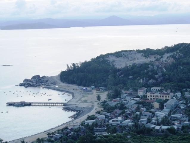 Từ đỉnh ngọn hải đăng có thể nhìn bao quát làng chài