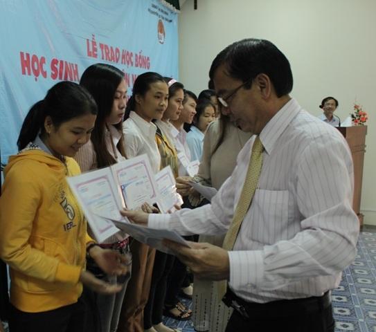 Các sinh viên được nhận học bổng 2 triệu đồng/em.