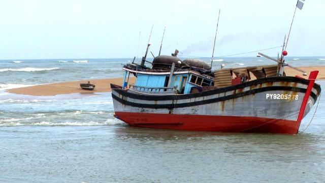 Cửa biển Đà Rằng bị bồi lấp khiến nhiều tàu cá ra vào gặp nhiều khó khăn