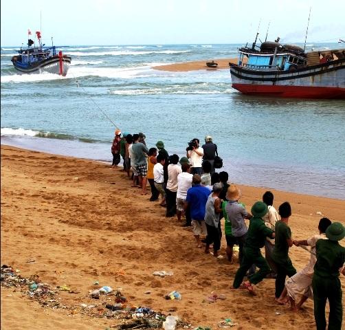 Bộ đội biên phòng cùng người dân nỗ lực cứu tàu gặp nạn
