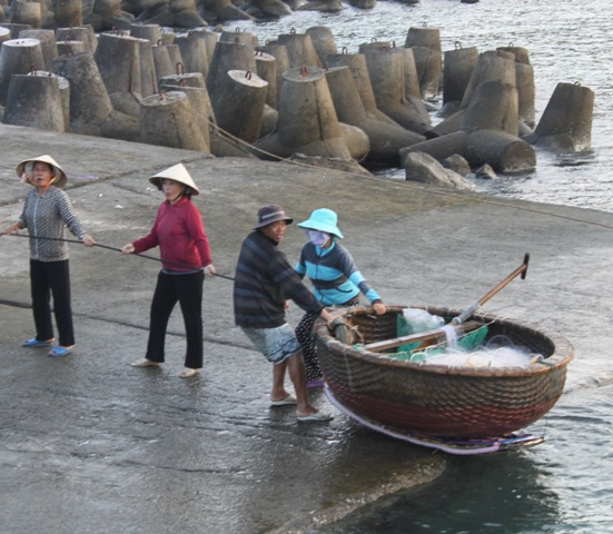 Người già và phụ nữ lại đi biển