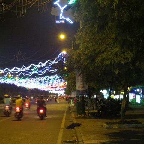 Đường phố vẫn đỏ ánh đèn đường, đèn màu trang trí