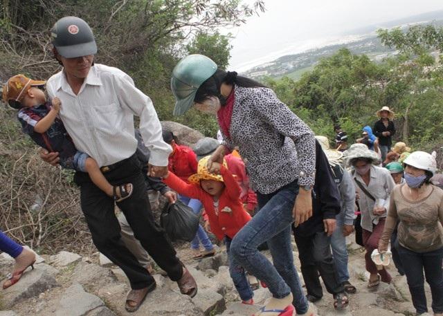Nhiều gia đình cả vợ con đèo bồng nhau lên chùa