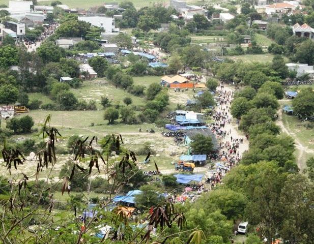 Từ đỉnh núi Bà nhìn xuống hàng ngàn người dân đang rồng rắn đổ về chùa