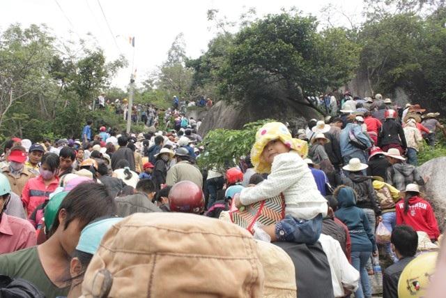 Người lên chùa ngày một đông