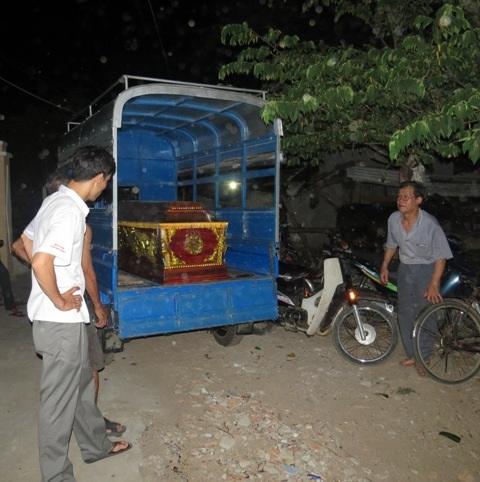 Người dân và chính quyền địa phương hỗ trợ tổ chức đưa nạn nhân về nơi an nghỉ cuối cùng