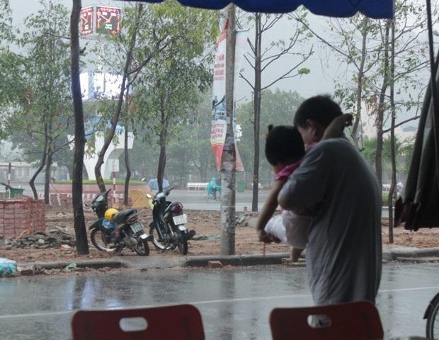 Vui sướng đón nhận trận mưa hiếm hoi