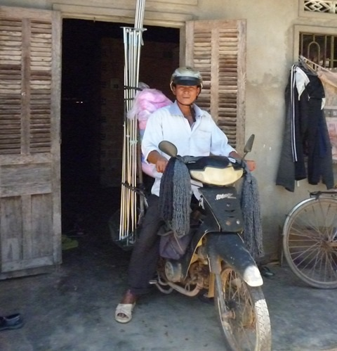 Lúc nông nhàn anh Thanh đi bán rèm, mùng để lấy tiền nuôi vợ bệnh và 3 con ăn học