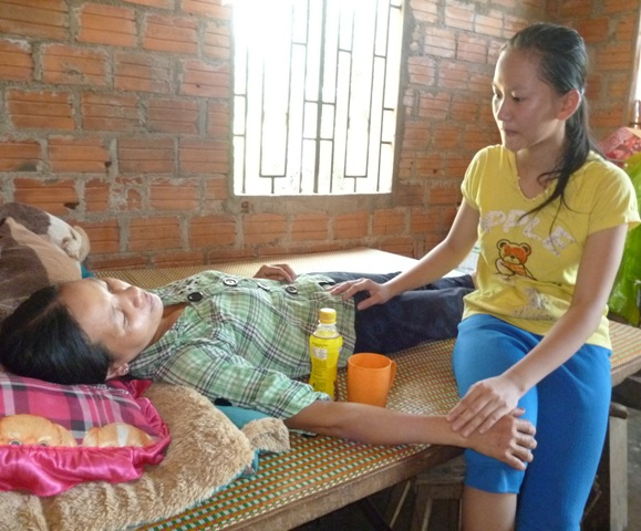 Cô thủ khoa nghèo Kim Huệ đang chăm sóc mẹ bị bệnh hiểm nghèo