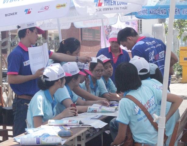 Sau lễ ra quân, các tình nguyện viên tập trung về khu vực được phân công tiếp sức mùa thi.