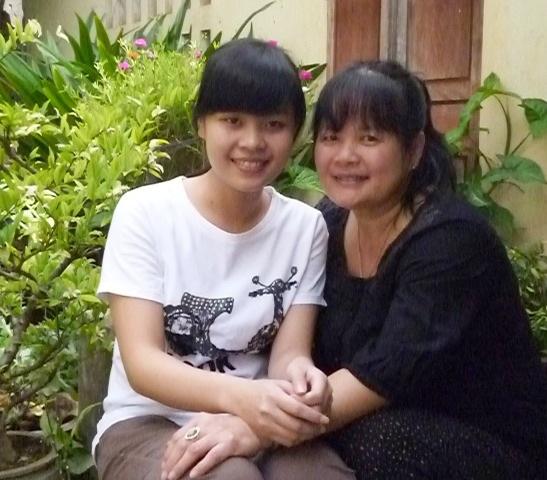 Cô thủ khoa có gương mặt dễ mến Huỳnh Thị Tú Trinh với người mẹ mà em yêu quý nhất trên đời