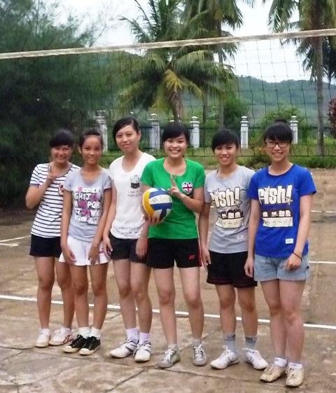 Trinh (cầm bóng) cùng các bạn chơi bóng chuyền do trường tổ chức