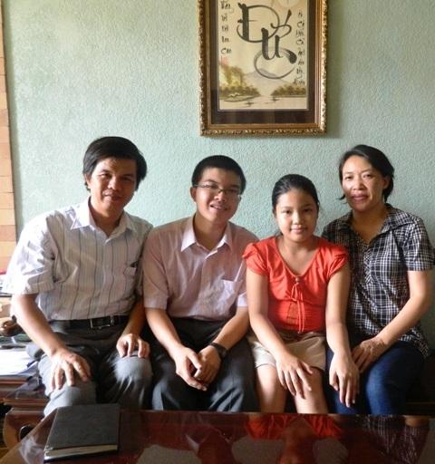 Hoàng cùng ba mẹ và em gái