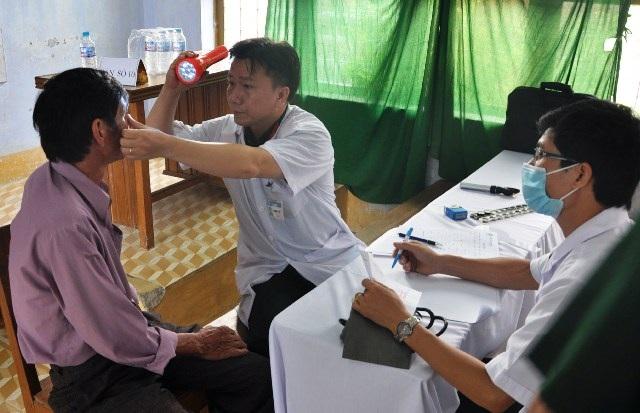 Các bác sĩ khám, cấp thuốc cho đối tượng chính sách, người nghèo, bà con đồng bào tại Phú Yên