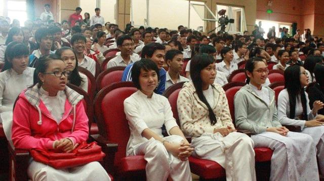 Đông đảo học sinh tham gia trò chuyện với GS. Ngô Bảo Châu.