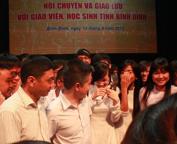 GS. Ngô Bảo Châu được các học sinh vây quanh xin chụp hình chung làm kỷ niệm.