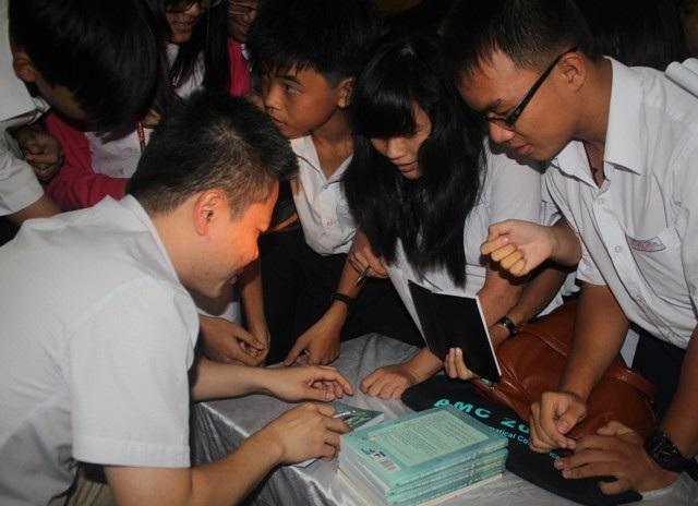 GS. Ngô Bảo Châu tặng sách và ký cho học sinh.