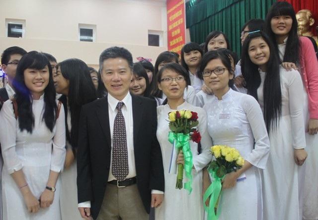 GS. Ngô Bảo Châu chụp ảnh với các thủ khoa ĐH và học sinh.