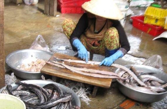 Một công đoạn chế biến chả cá tại chợ TP Tuy Hòa