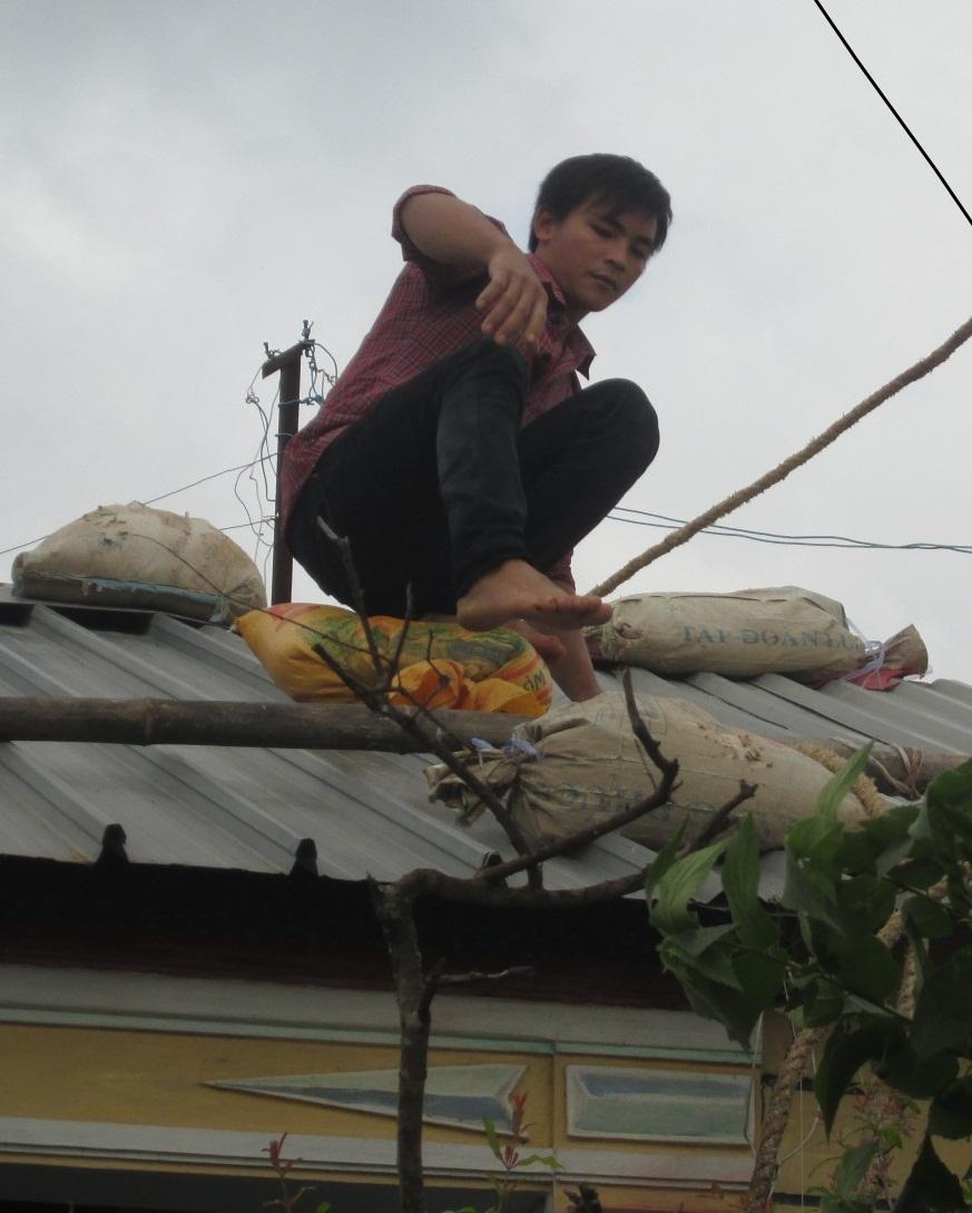Người dân Bình Định gồng mình đón bão