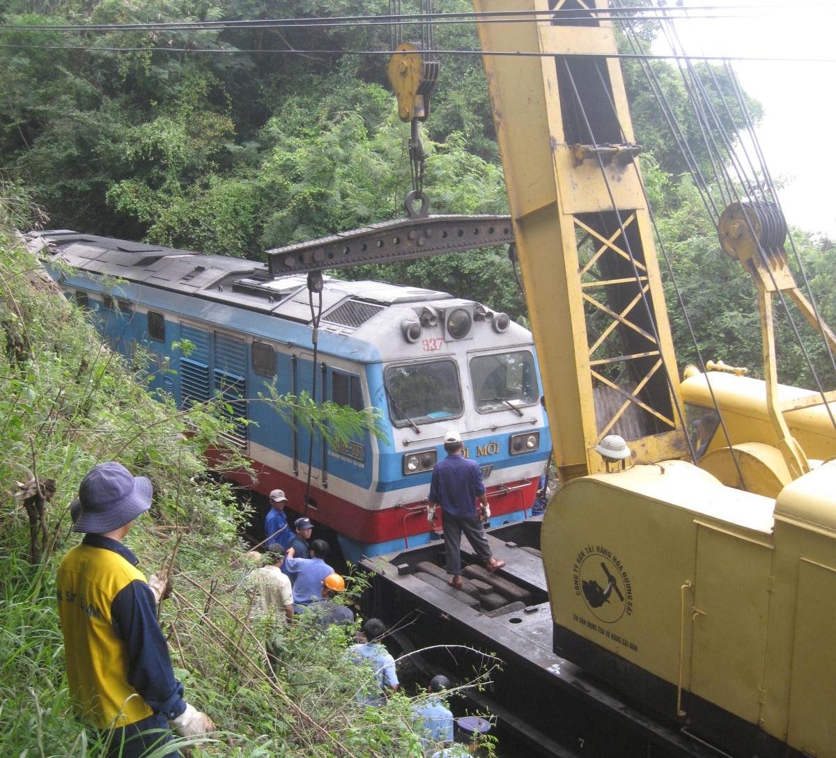 Tàu SE7 tông vào đá làm trật bánh khỏi đường ray gây ách tắc giao thông đường sắt
