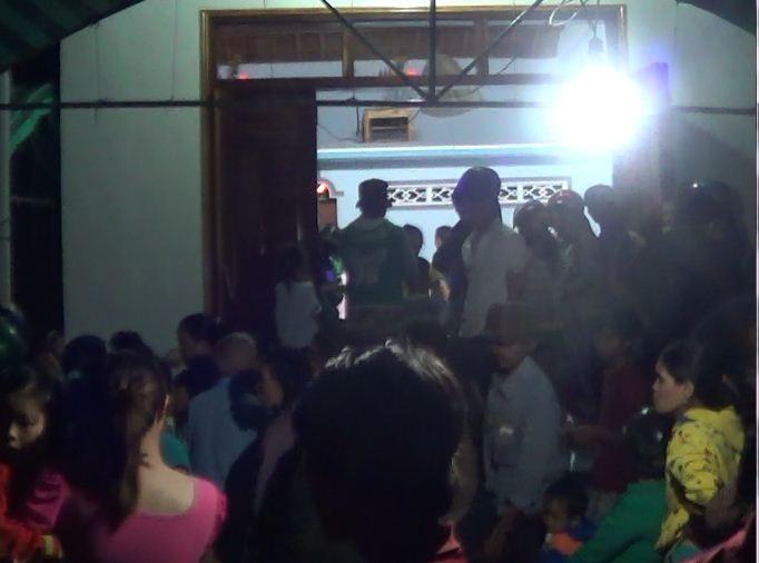 Đông đảo người dân tới thăm hỏi, đông viên gia đình