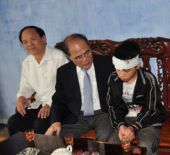 Chủ tịch Quốc hội Nguyễn Sinh Hùng thăm và hỗ trợ gia đình nạn nhân bị nạn trong lũ (ảnh V. Lưu)