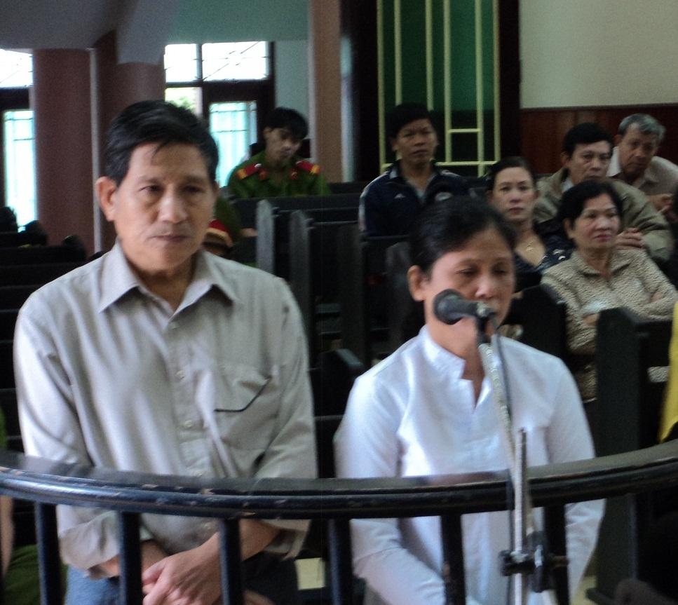 Vợ chồng bà Nữ tại phiên tòa