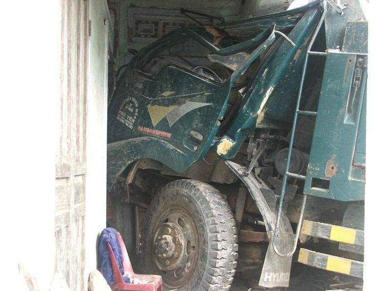 Xe tải đâm sập nhà bà Tư và làm 2 người bị thương