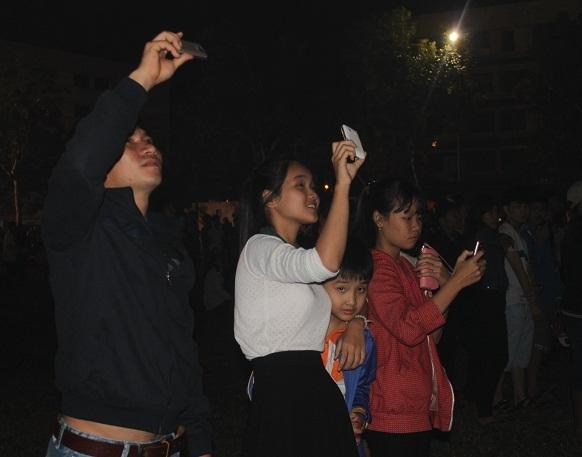 Nhiều bạn trẻ ghi lại ghi lại giây phút giao thừa linh thiêng (ảnh Doãn Công)
