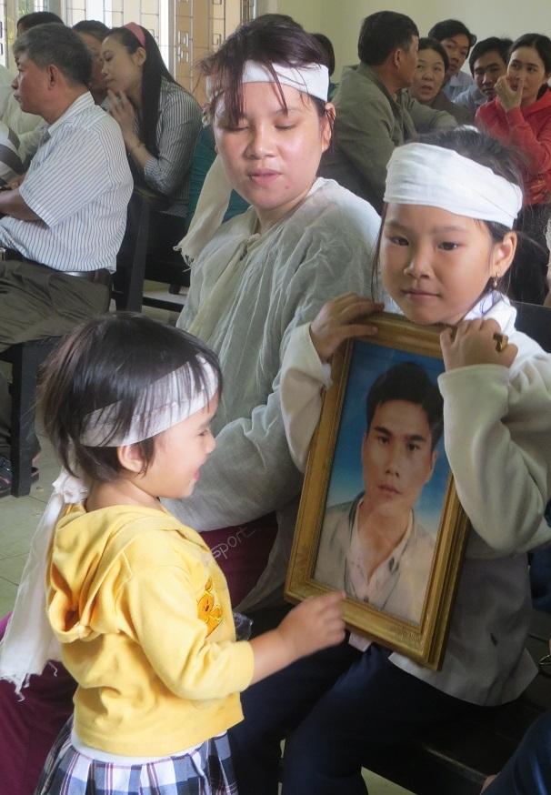 2 đứa con thơ của anh Kiều ngây ngô nhìn di ảnh cha