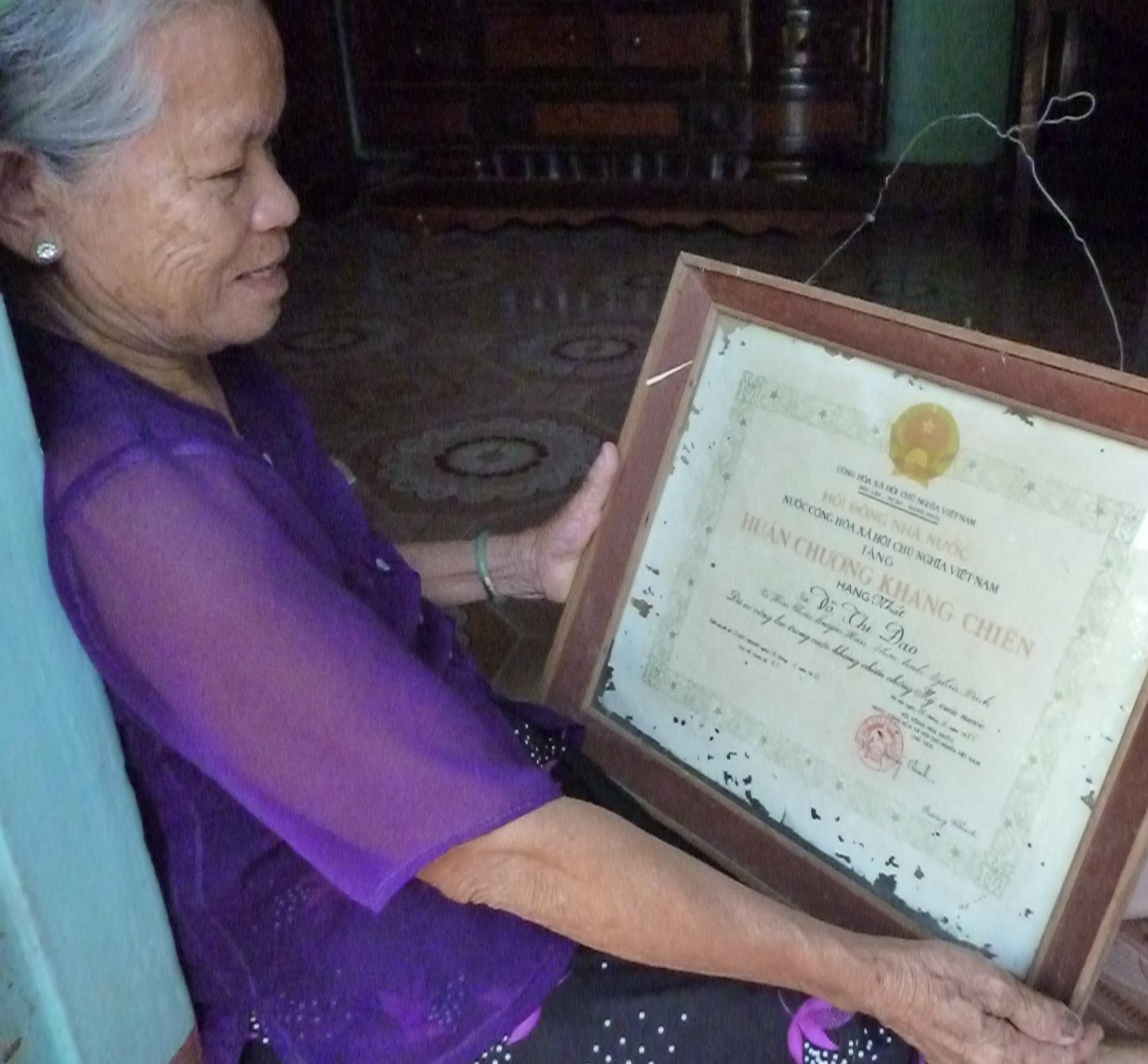 Bà Đào khoe tấm Huân chương kháng chiến hạng Nhất của mình