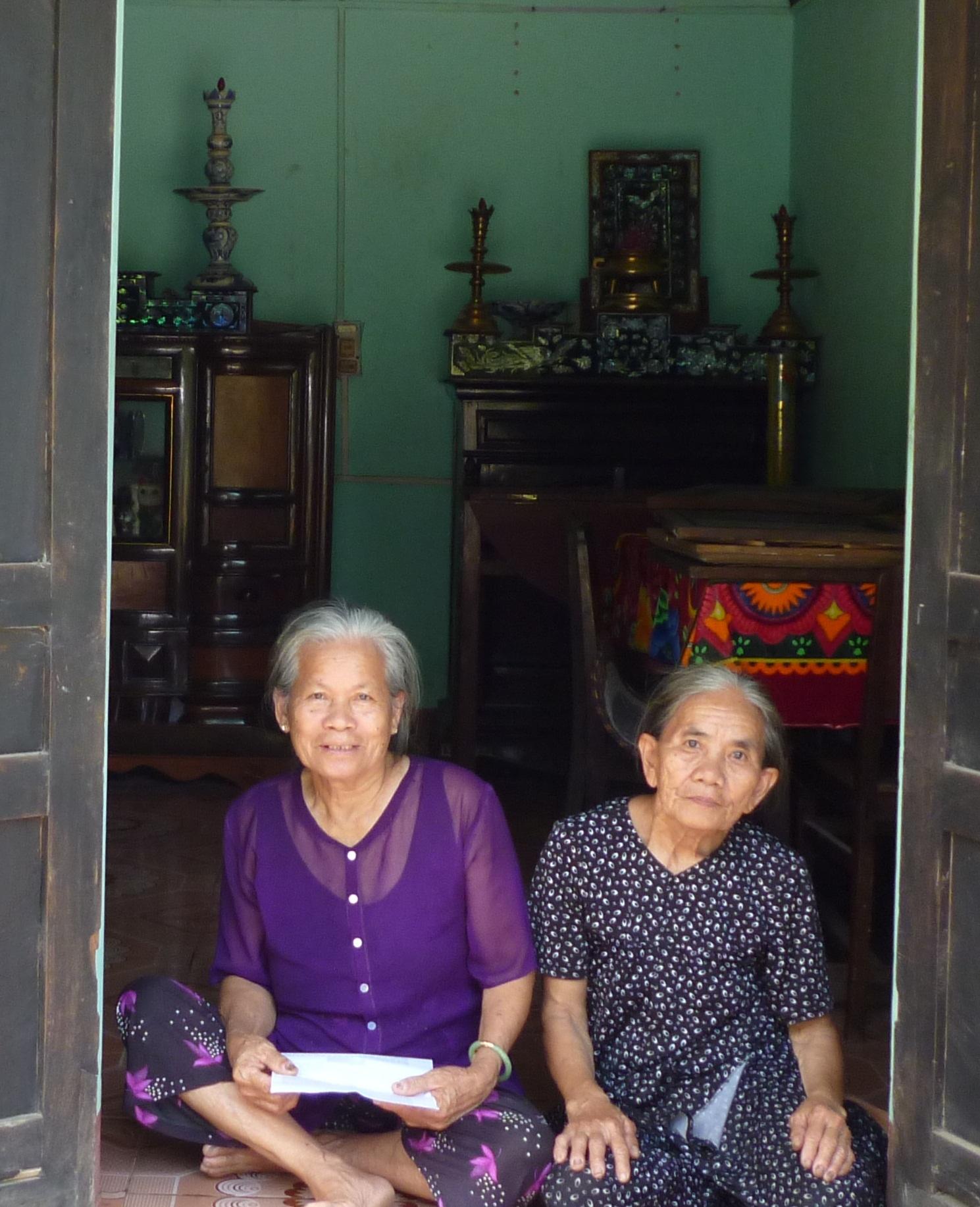 Bà Đào (bên trái) cùng bà Nguyễn Thị Khanh kể lại chuyện cũ