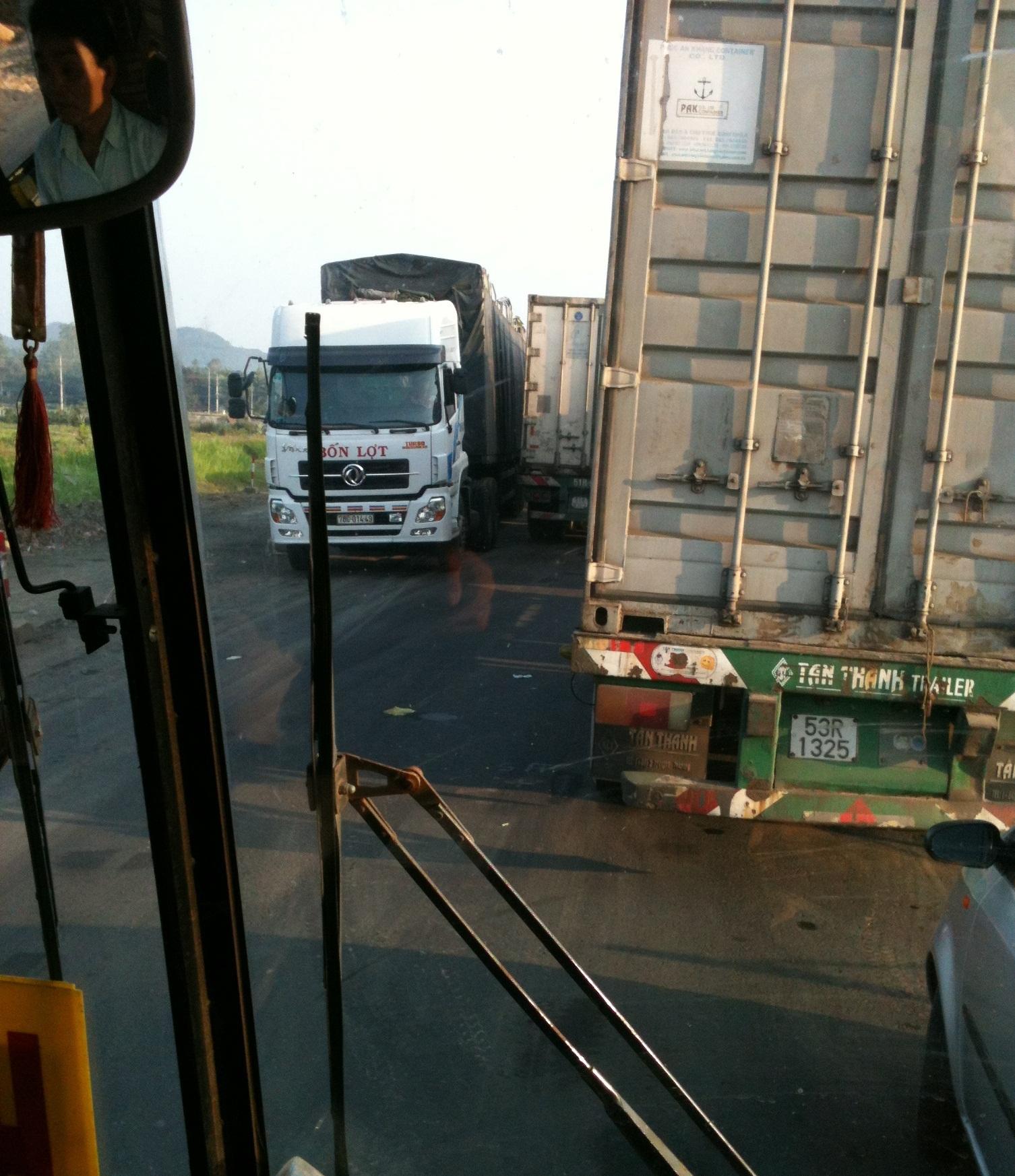 Xe tải né trạm cân, quốc lộ tiếp tục ách tắc
